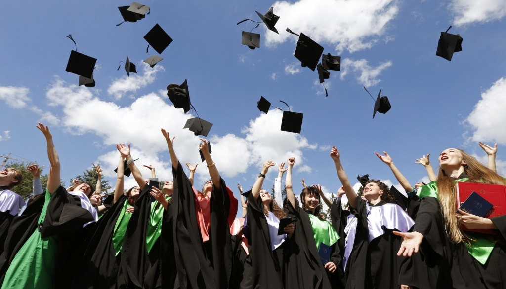 Medical University graduates throw up mortarboards during the celebration of their graduation in Minsk, June 27, 2014. More than one thousand doctors left the university this year.   REUTERS/Vasily Fedosenko (BELARUS - Tags: EDUCATION SOCIETY HEALTH) - RTR3W1C5